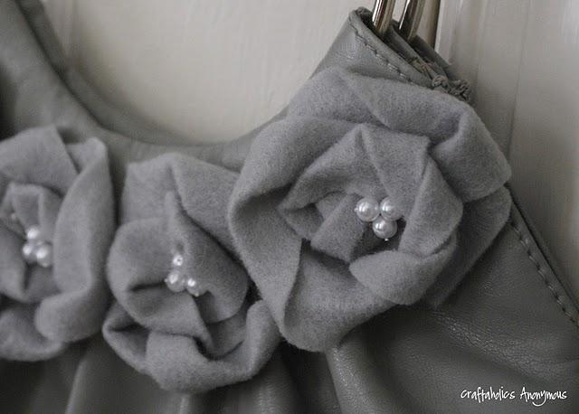 свой цитатник или сообщество!  Цветы из ткани- декор сумки.