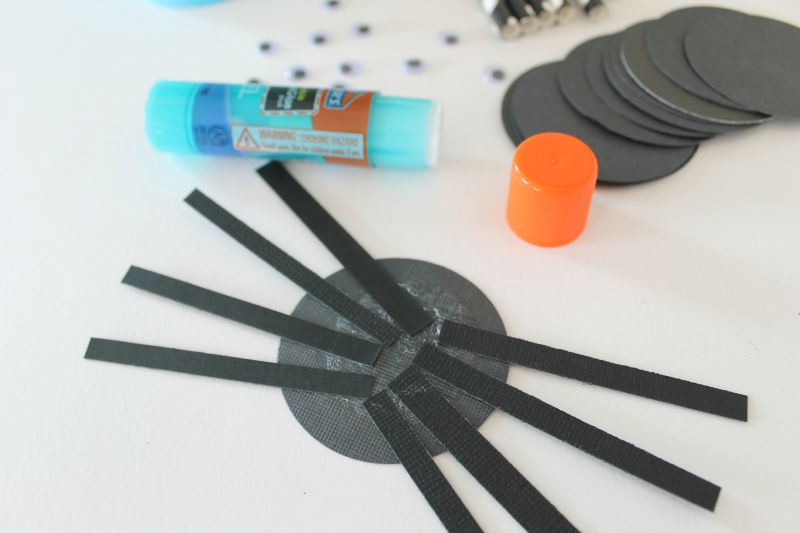 Halloween DIY - How to Make a Paper Quilling Spider. Decoration ... | 533x800