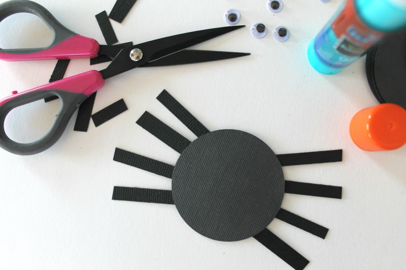 Halloween Crafts for kids || These are great for kids and all ages! Put on garland, cupcakes, hang from ceiling, etc www.CraftaholicsAnonymous.net