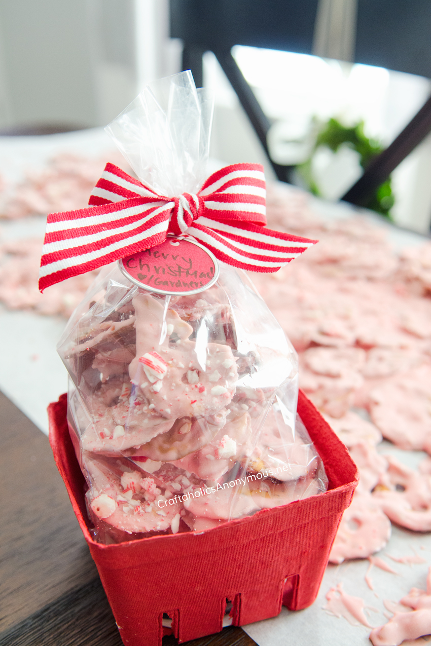 Christmas Gift idea :: Salty sweet Peppermint Pretzels! These are simply amazing and easy to make!