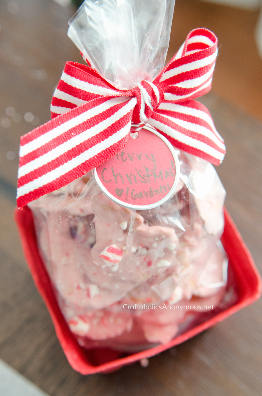 Handmade Christmas gift idea for neighbors and friends :: 4 ingredient Salty sweet Peppermint Pretzels