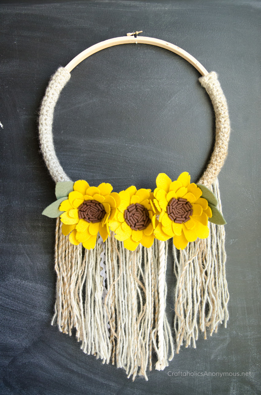 Fall Wreath DIY :: Crochet Sunflower Fringe wreath tutorial. Beginner crochet project